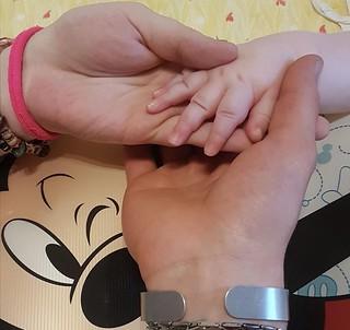 Le mani dei genitori con quella di Nicholas
