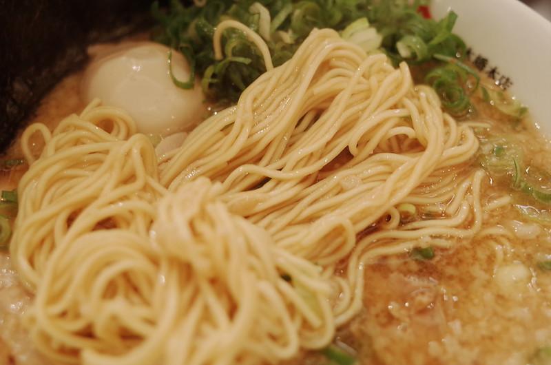 日本橋京都銀閣寺ますたにラーメンますたにスペシャルの麺