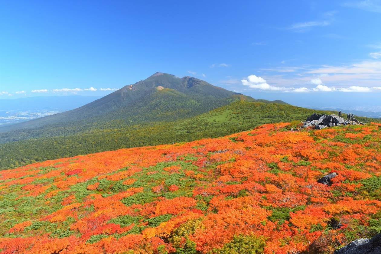 紅葉の三ツ石山から眺める岩手山