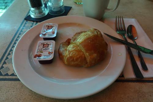 Croissant mit Kirschmarmelade