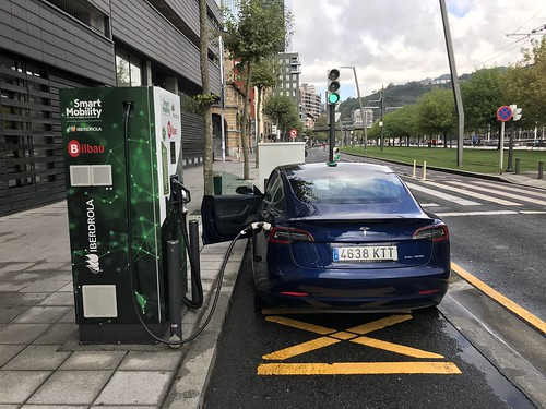 Tesla Model 3 (nuestro TResla), recargando en un PDR de Iberdrola en Bilbao