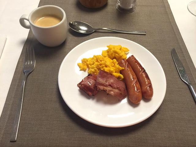 77 - Frühstück - Rührei, Speck & Würstchen - Hotel das MEI