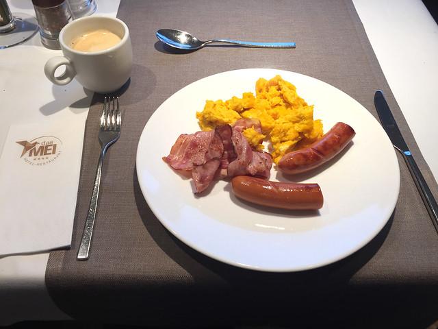 30 - Rührei, Speck & Würstchen - Frühstück - Hotel das MEI - Mutters