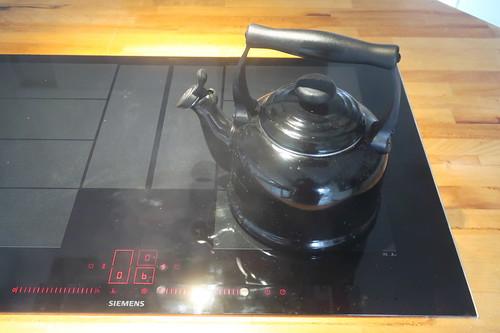 Teewasser-Erhitzen (mit einem Teekessel auf unserem neuene Induktionskochfeld)