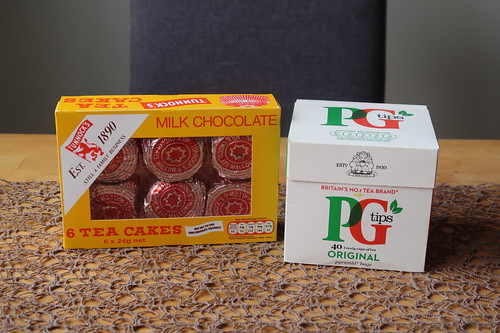 Pyramidenförmige Teebeutel aus England (PG Tips) und mit einer dünnen Schicht Vollmilchschokolade überzogener Baiser auf Bisquitboden (Tunnock's Tea Cakes)