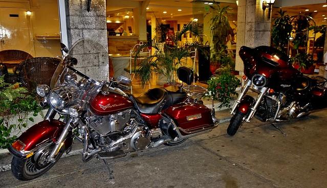MEXICO, Tabasco, Villahermosa,  Motorräder vor dem Hotel,  19250/11925