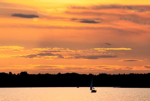 boat bateau voilier ottawariver riviereoutaouais voile sunset coucherdesoleil ciel fabuleuse