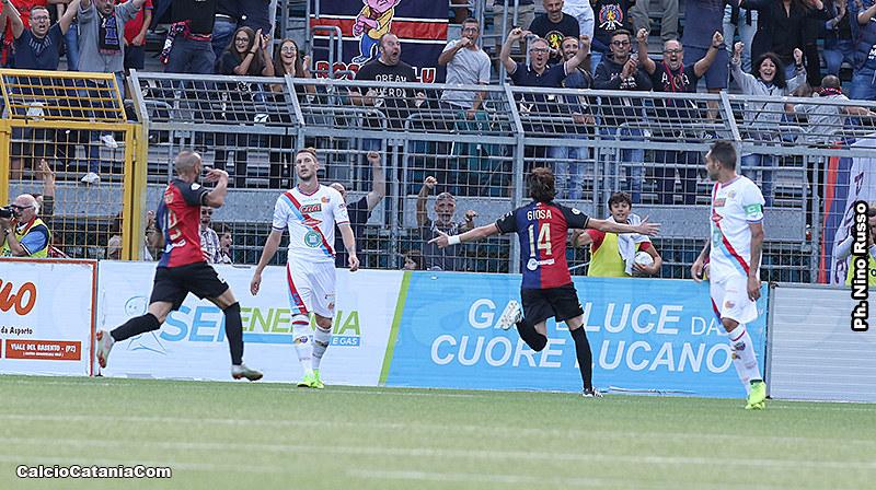 La gioia di Antonio Giosa, ancora una volta in rete contro il Catania