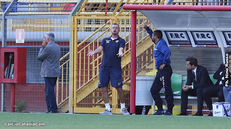 Tacchi appoggiato alla panchina, dietro un insoddisfatto Andrea Camplone