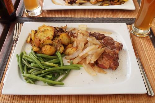 Nackensteak vom Bentheimer Landschwein mit geschmorten Zwiebeln, Butterbohnen und Bratkartoffeln (mein Teller)