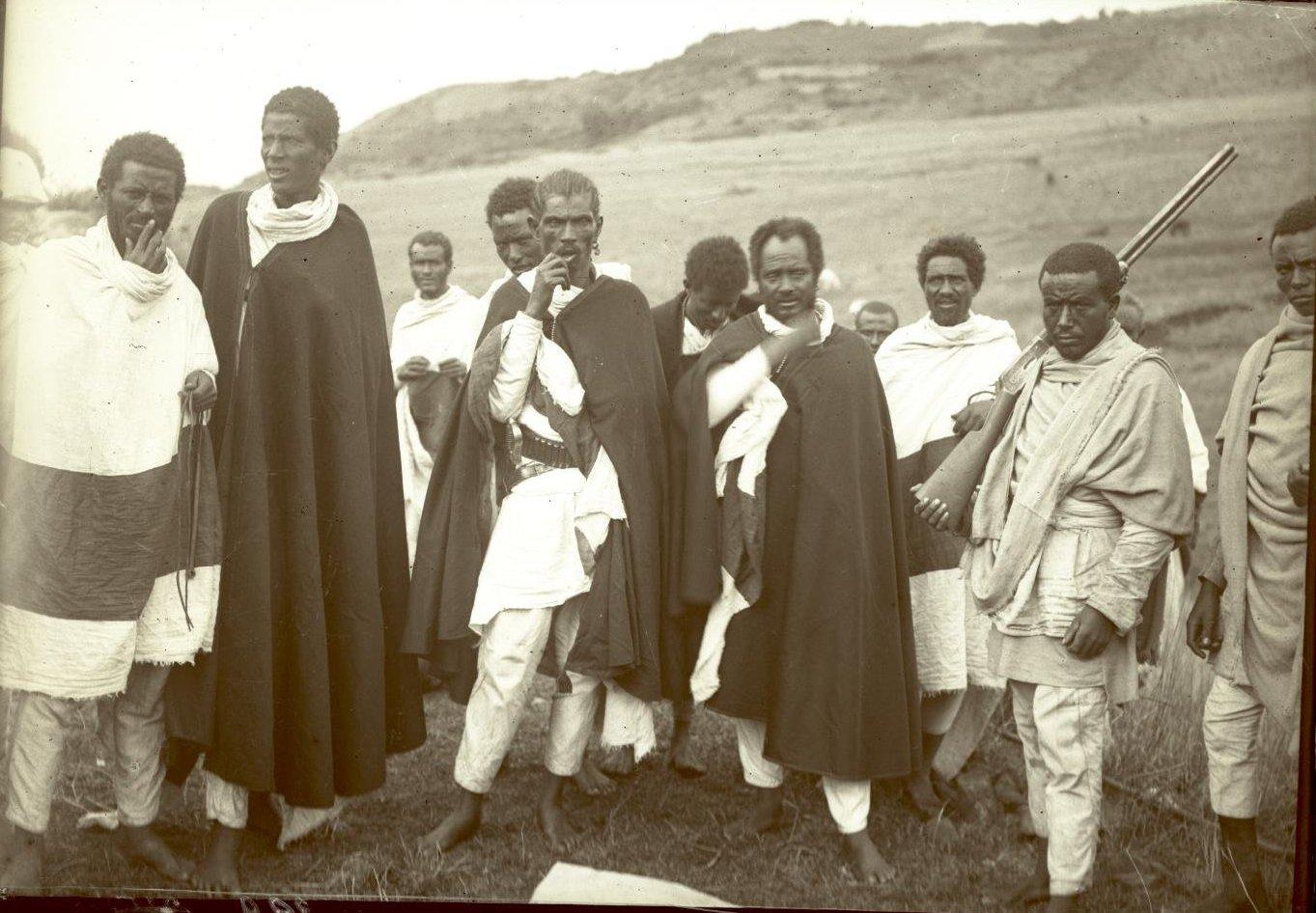329. 1899. Абиссиния. г. Аддис-Абеба. Деджасмач (воевода) Демесье со свитой