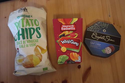 Potato Chips, Maynards Bassetts Wine Gums und Elisabeth Shaws Milk Chocolate Mint Crisp (noch verpackt)