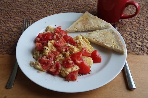 Toastbrot zu Rührei mit Tomaten