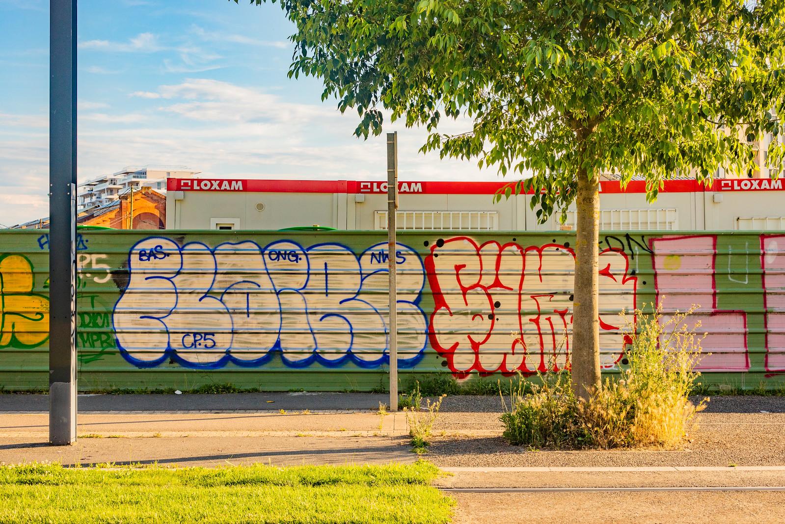 Graffs sur la palissade de la Cartoucherie à Toulouse