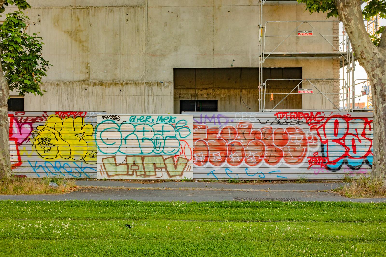 Graffitis sur palissade dans le quartier de la Cartoucherie à Toulouse