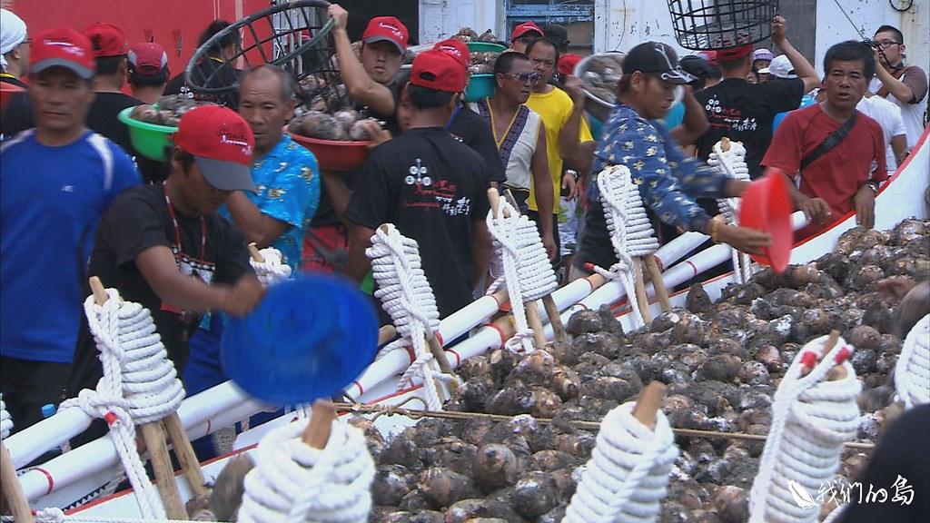 每年四月的螃蟹節,婦女們會製作芋頭糕,以蒸熟的螃蟹加上美味的芋糕,慰勞男性的辛苦。