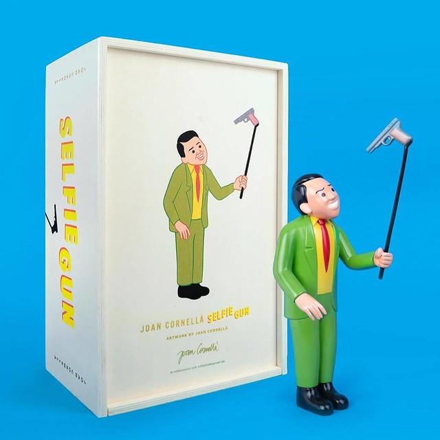 最強諷刺幽默!西班牙插畫家Joan Cornellà x DING DONG 宅配便 「Selfie Gun 」銅雕 全球限量15尊!