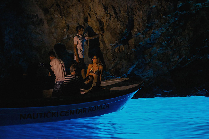 villaweek_2017_088_sea_motoryacht_brac_hvar_solta_vis-blue-cave-marko