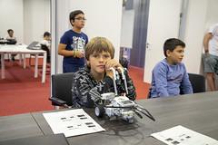Uno de los participantes, con su creación robótica.