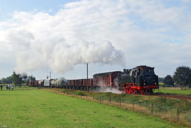64 415 mit Foto-Güterzug zwischen Beekbergen und Apeldoorn, 07.09.2019