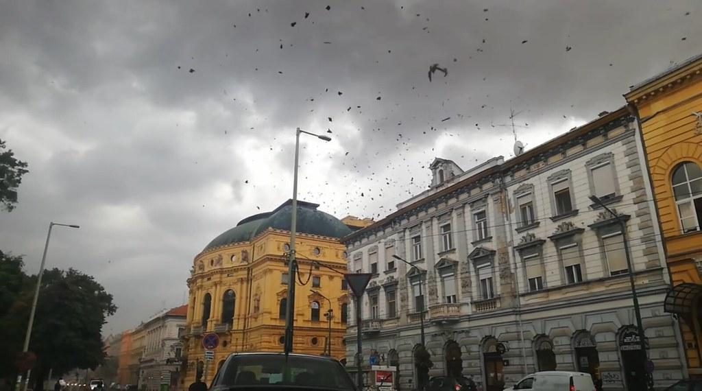 Így tépte le a vihar a Nagy Színház tetejét