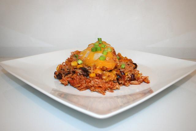 18 - Mexican chicken rice casserole - Side view  / Mexikanischer Hähnchen-Reis-Auflauf - Seitenansicht