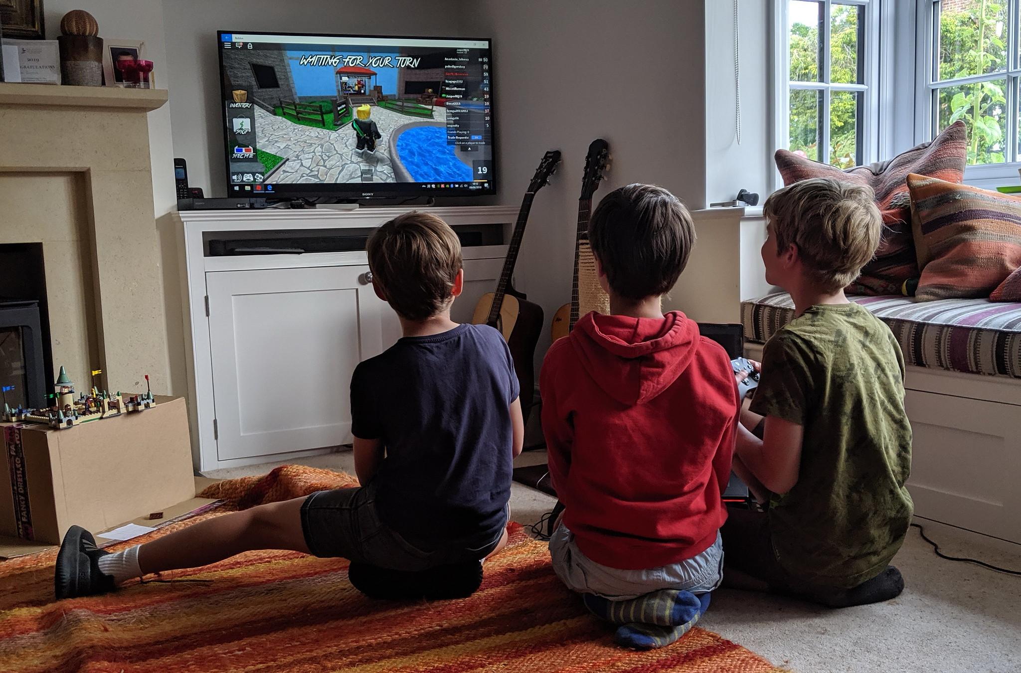 Дети играют в Roblox