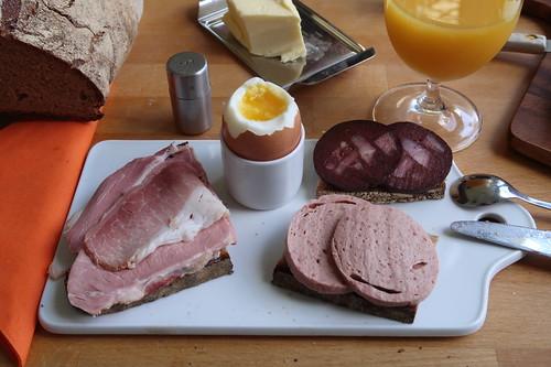 Kochschinken, Rinderfleischwurst und Blutwurst auf Majannabrot zum Frühstücksei