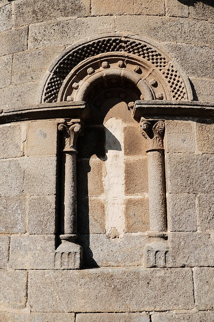 imaxe antiga ventá coa estructura e ornamentación típicas