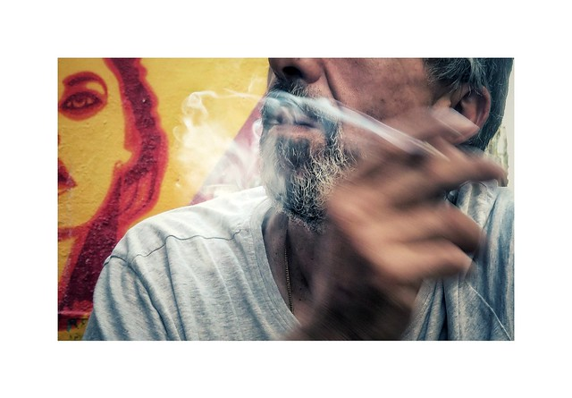 Cigarette chérie  Languide et dangereuse  Encens vers la Pythie  Câline tubéreuse  Cigarette fantôme  Goûtée déjà finie  Cigarette l'arôme  De poison trop exquis...