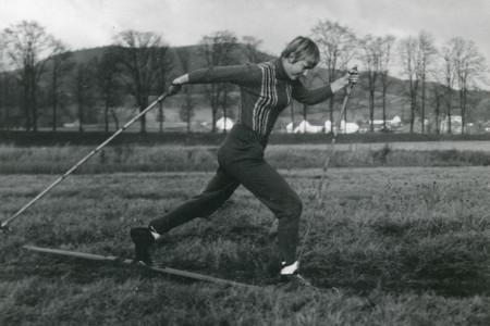 Speciální trénink, letní lyžování, napodobivá cvičení – berte to, jak chcete. Dnes už touha prodloužit si pohyb ve speciálním prostředí po vzoru historického vývoje kupříkladu lehké atletik...