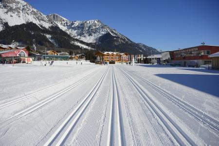 Je možné najít jedno místo, které uspokojí sportovně naladěné běžce na lyžích, jejich pomalejší drahé polovičky, ktomu děti, babičky adědečky, ikdyž někdo znich běžkám třeba neholduje? Pojďme prozkoumat rakouské ...