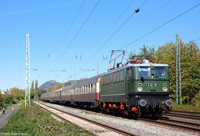 E42 151 mit einem Sonderzug in Richtung Mosel in Unkel am 1.10.11