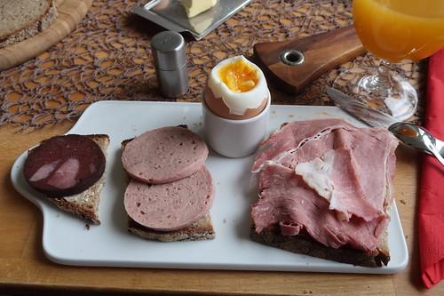 Blutwurst, Rinderfleischwurst und Kochschinken auf Roggenbrot zum Frühstücksei