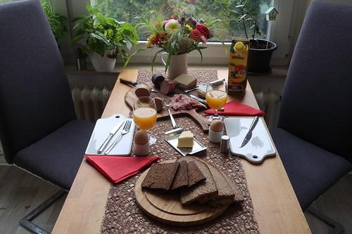 Frühstück am Sonntagmorgen (mit Resten vom Marktbesuch am Vortag)