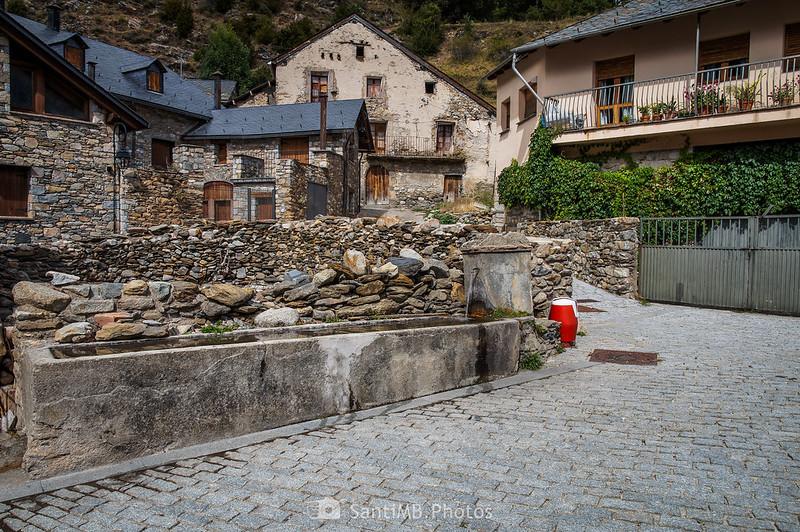 Plaza de Cardet con la fuente y una boca de incendios