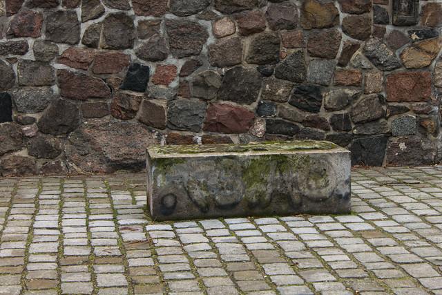 Sockel einer Puttengruppe der Spittelkolonnaden am Märkischen Museum