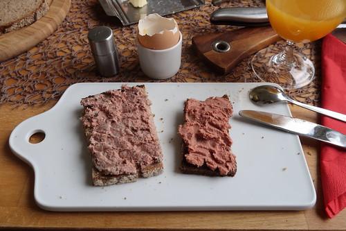 Grobe Leberwurst (Bentheimer Landschwein) auf Roggenbrot und Feine Leberwurst (Rindfleisch) auf Pumpernickel