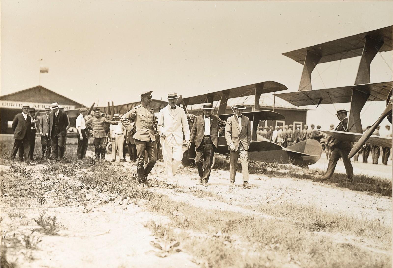18. Делегация осматривает самолеты на летном поле в Куртис Филд