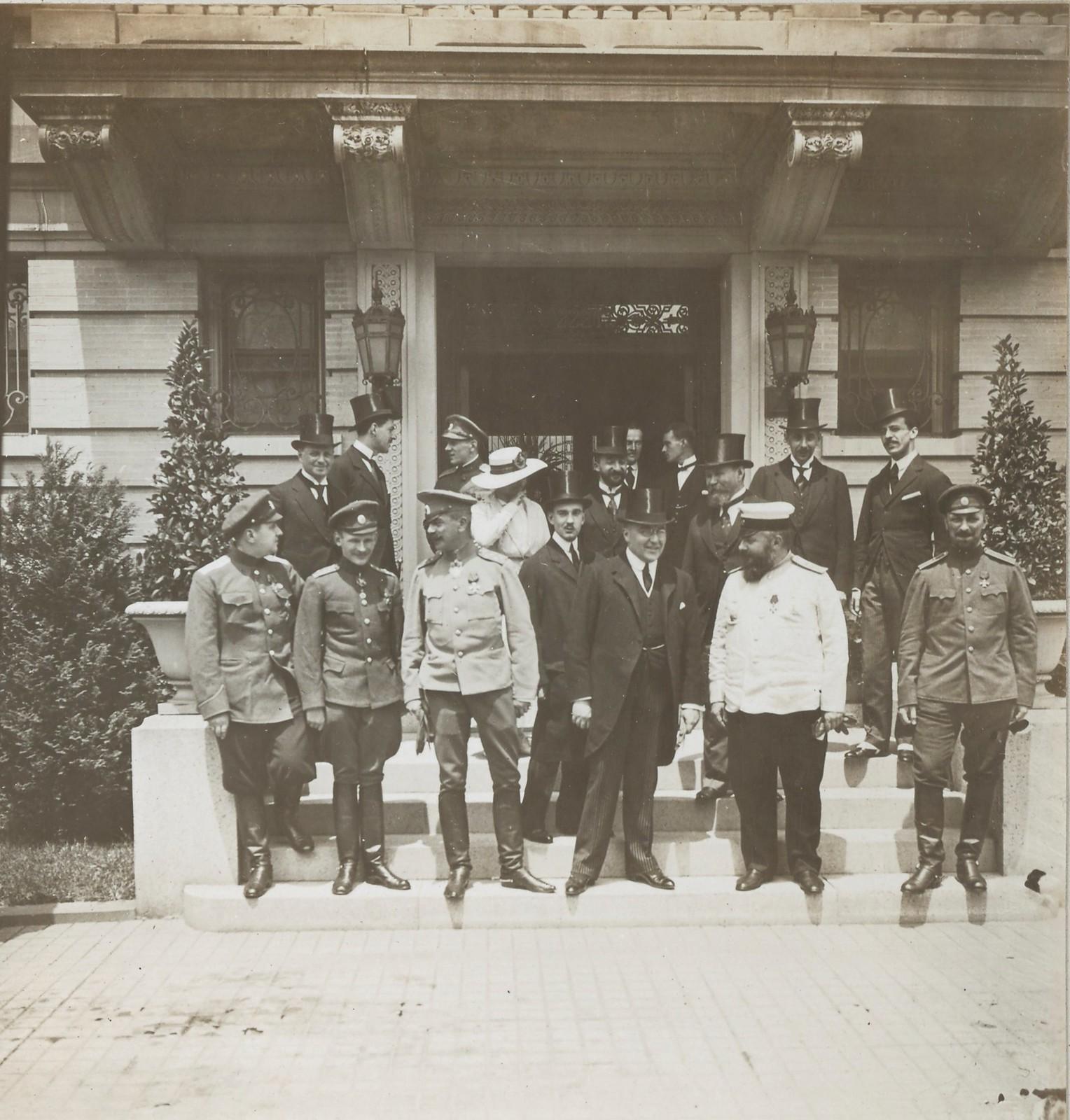 16. Делегация военной комиссии возле доме Германа Дженнингса