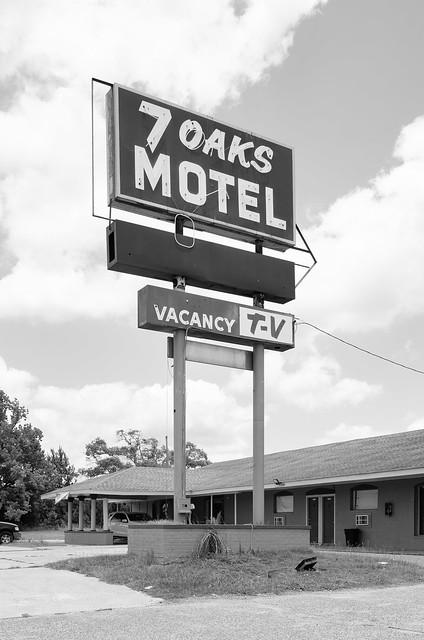 7 Oaks Motel