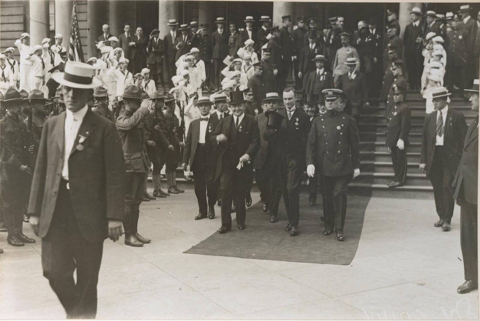 08. Посол Борис Бахметьев и мэр Митчелл покидают мэрию, где была официально принята делегация военной комиссии