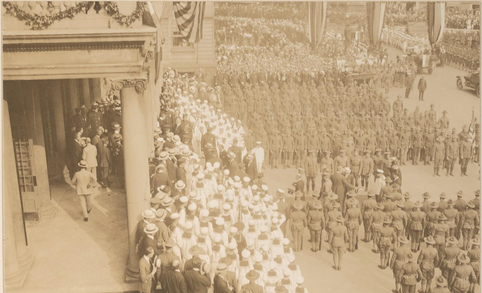 07. Делегация военной комиссии приветствуются в Нью-Йорке в мэрии.