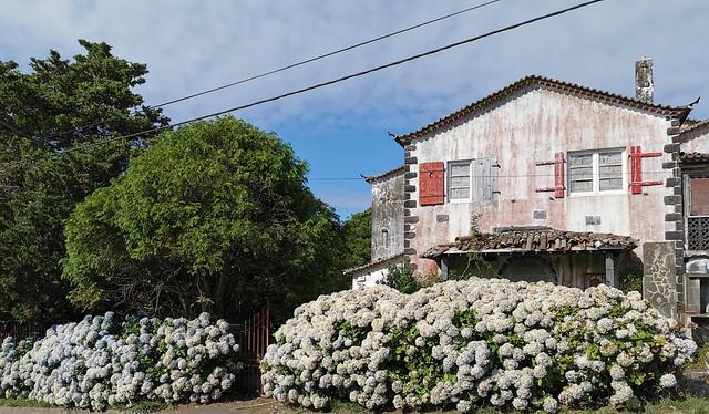antigua Central Hidroelectrica de Fajã do Redondo sendero a Cascada Salto do Cabrito Isla de San Miguel Azores Portugal 01