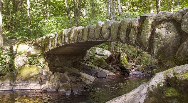 Un pont de pierre au saut des cuves