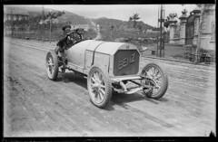Autombil_Benz_descapotat_amb_dos_passatgers_circulant_per_la_carretera_del_Tibidabo_1900 1920