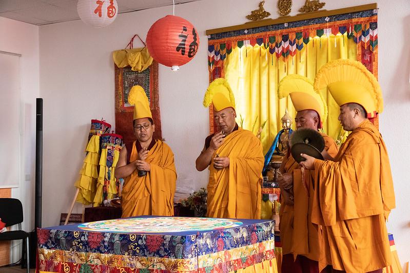 Mönche bei der Auflösungszeremonie