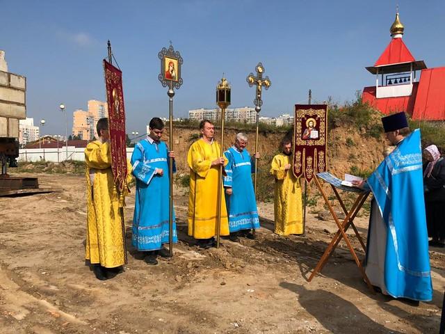 Молебен после установки свай в строящемся храме