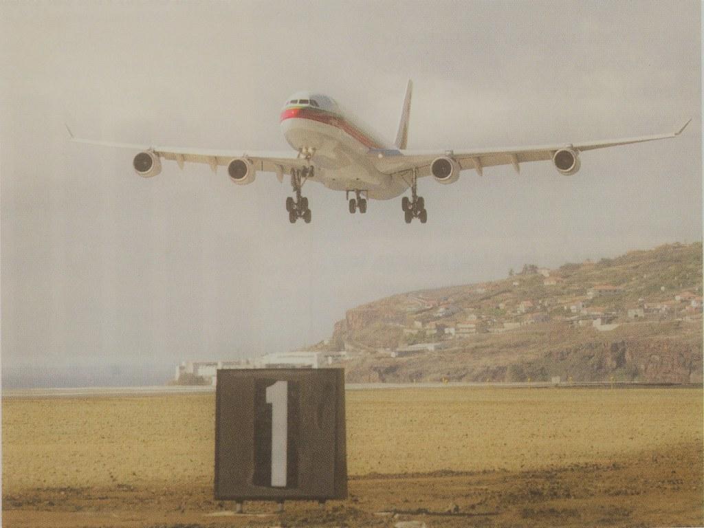 A340 CS-TOC da TAP, «Wenceslau de Moraes», Aeroporto de Santa Catarina, Funchal (Notícias TAP Air Portugal, n.º 4, Abril 2000)