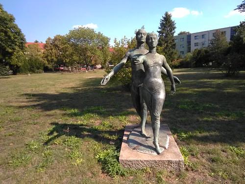 Skulpturengruppe vor dem Bahnhof Plänterwald